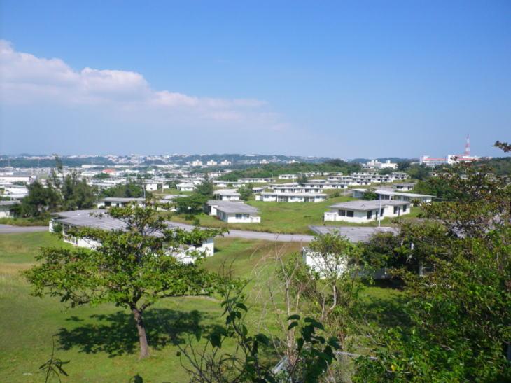沖縄のコンクリート住宅と高架タンクのある景色